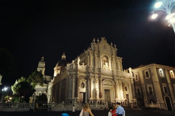 イタリアはどの町もライトアップが美しいです。こちらはカターニャのドゥオモ。