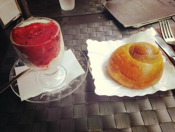 カターニャといえば、グラニータ(granita)発祥の地。グラニータとは、シェイクのようなものです。イタリア各地にももちろんありますが、さすが本場のグラニータはめちゃくちゃ美味しい!ブリオッシュに挟んで食べても絶品。生クリーム(panna)を載せても美味。特におすすめはgelsi(ジェルシ=マルベリー)という果物のフレーバー。ジェラートと同じで2種類フレーバーを選べることが多いので、アーモンドやピスタッキオフレーバーと一緒にどうぞ。グラニータ、ブリオッシュのセットで3.5ユーロ前後です。