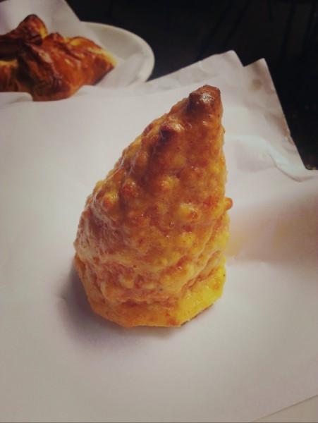 こちらもシチリア名物、アランチーノ(arancino)。ナポリ名物でもありますが、ライスコロッケのこと。割ると、ライスの中からとろけるチーズがでてきました。ちょっと小腹がすいたときに気軽に食べられます。