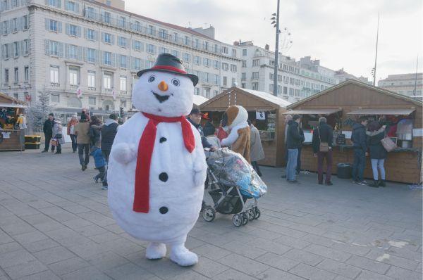 港ではクリスマスマーケットが開かれていました。雪だるまがお出迎え。
