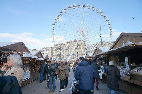 クリスマスマーケットの屋台はどこの国も同じ、ログハウスタイプ。フィレンツェ、ポーランドのクラコフでも見ましたが、似ています。