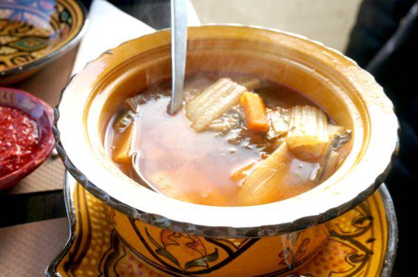 こちらは誰にでも食べやすい味のスープ。具だくさんでこれだけでもお腹いっぱいになりますが、これをクスクスにかけて頂きます。