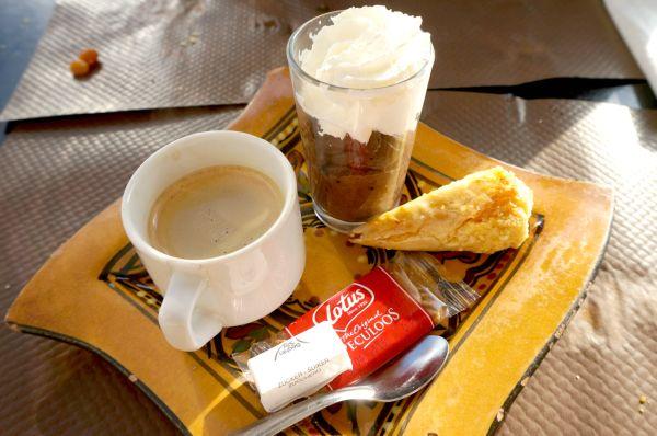 最後に、コーヒー、モロッコのお菓子、チョコレートムースに生クリームがかかったデザートセットのようなものもランチコースについてきました。大満足!