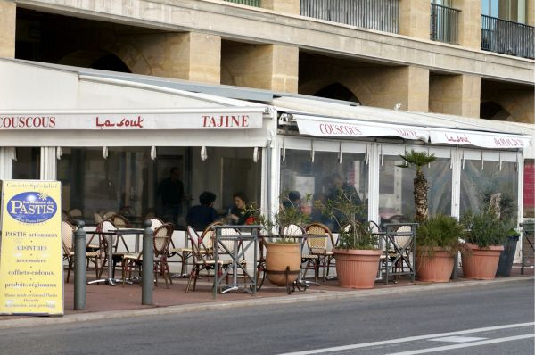 港を眺めながら、または店内もとても素敵なので店内で食事をしても。