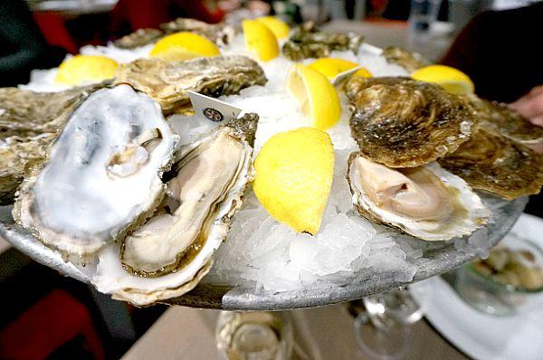 生ガキの盛り合わせは5種類の生牡蠣を堪能できました。フランスではシンプルにレモンを絞るかレモンなしで頂くようです。