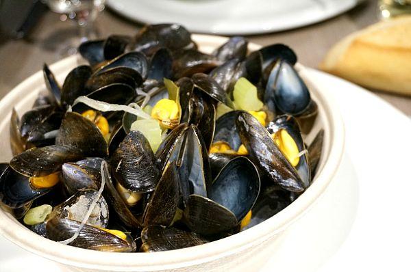 ムール貝の白ワイン蒸し。イタリアとはまた違った味付けでこれまた美味しい。