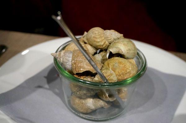 巻貝をスティックでくるくる巻いて取り出して食べる。お客さんほぼ全員が食べていたんじゃないかというほどよく食べられていましたが、納得、すっごく美味しい。