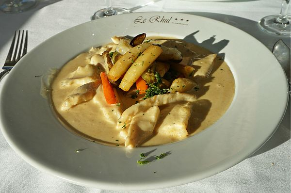 いかにもフランス料理!というバターがたっぷり使われたクリーミーなソースがかかったマトウダイ料理。