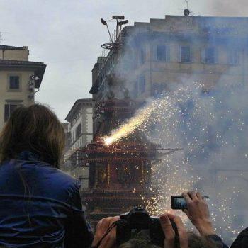 フィレンツェの350年も続いている伝統行事はド派手な爆竹