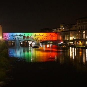 ポンテ・ベッキオ(ベッキオ橋)が虹色に。