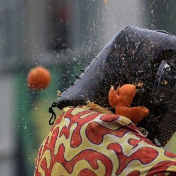 70人がケガ!イタリアの超激しい「オレンジ投げ」戦争