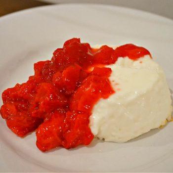 ゼラチンを使わず作るパンナコッタ、リモンチェッロ苺ソースがけ