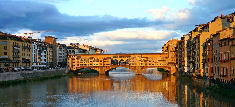 夕焼けに染まるフィレンツェのポンテベッキオ