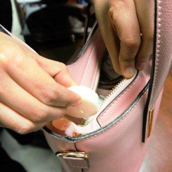 イタリアのバッグメーカー直伝、簡単にファスナーの滑りをよくする方法1