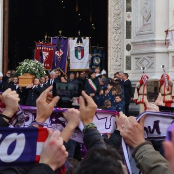 31歳で急死したフィオレンティーナ主将の葬儀。昨夏は日本でバカンス