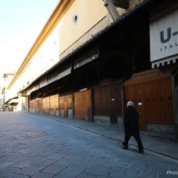 """""""週刊新潮""""に外出禁止で人がいなくなったポンテベッキオの写真が掲載/イタリアのコロナウィルス事情記事-誰もいないポンテベッキオをゆく男性1"""