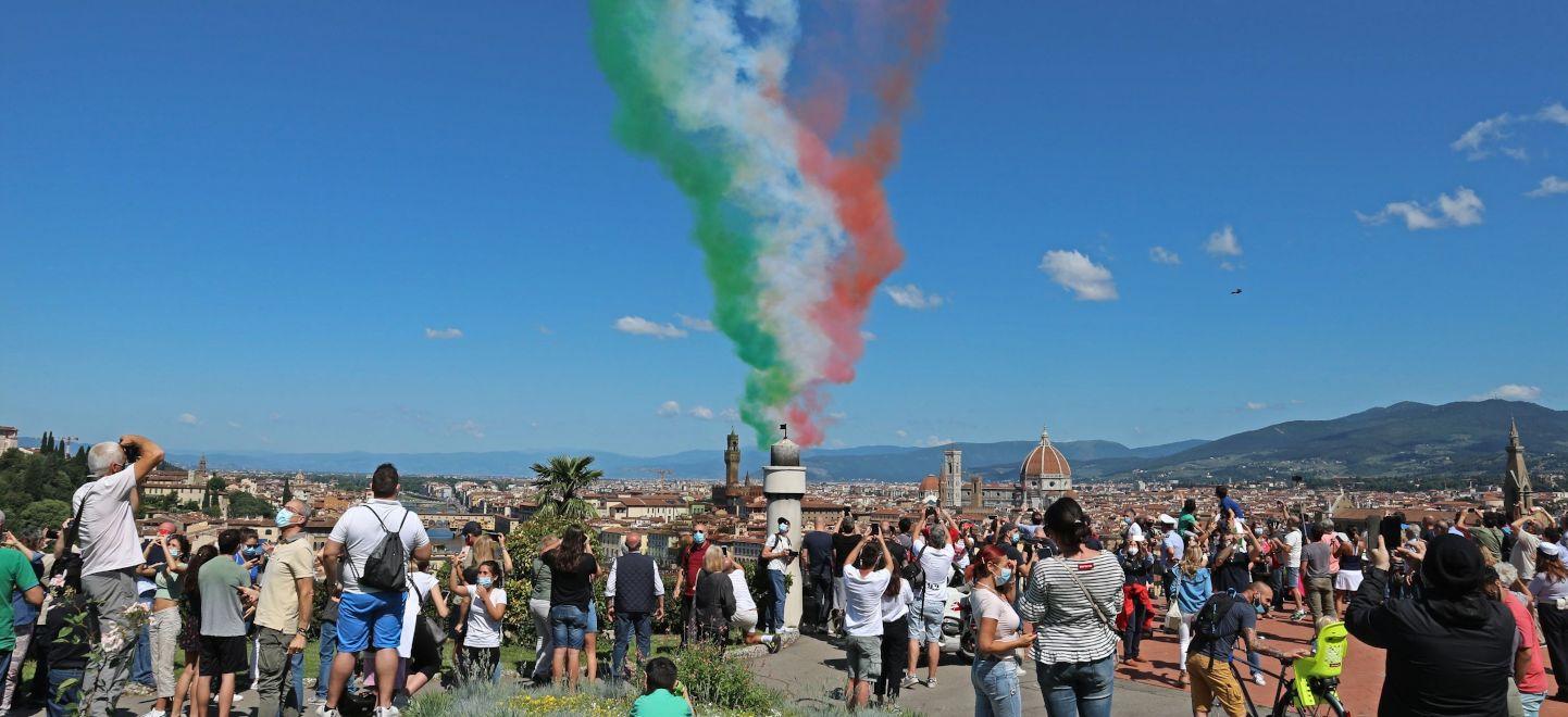 フィレンツェ上空にイタリア国旗_blogtop