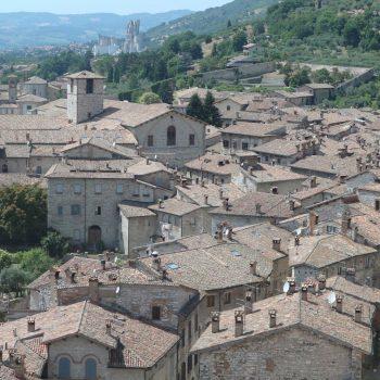 【二度目のイタリア、次に行くならこんな街Vol.2】紀元前300年の青銅版に偉大な歴史を感じる街グッビオ1
