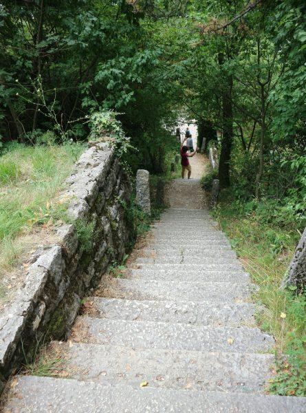 5コロナ教会_イタリアの断崖絶壁に建設された神秘的な世界