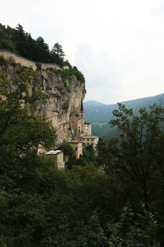 8コロナ教会_イタリアの断崖絶壁に建設された神秘的な世界