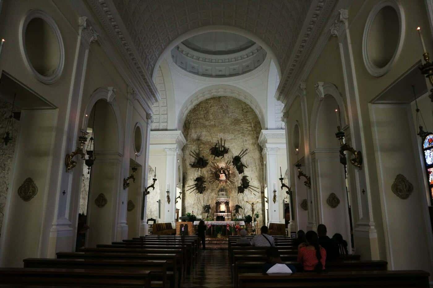 13コロナ教会_イタリアの断崖絶壁に建設された神秘的な世界