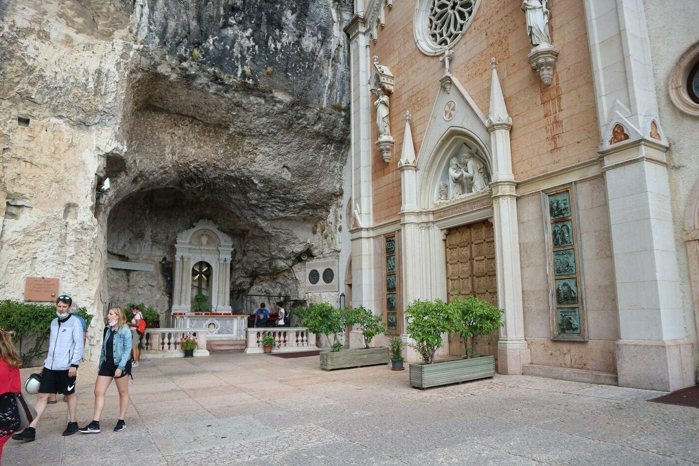11コロナ教会_イタリアの断崖絶壁に建設された神秘的な世界