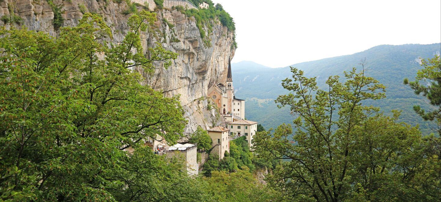 イタリアの断崖絶壁に建つコロナ教会