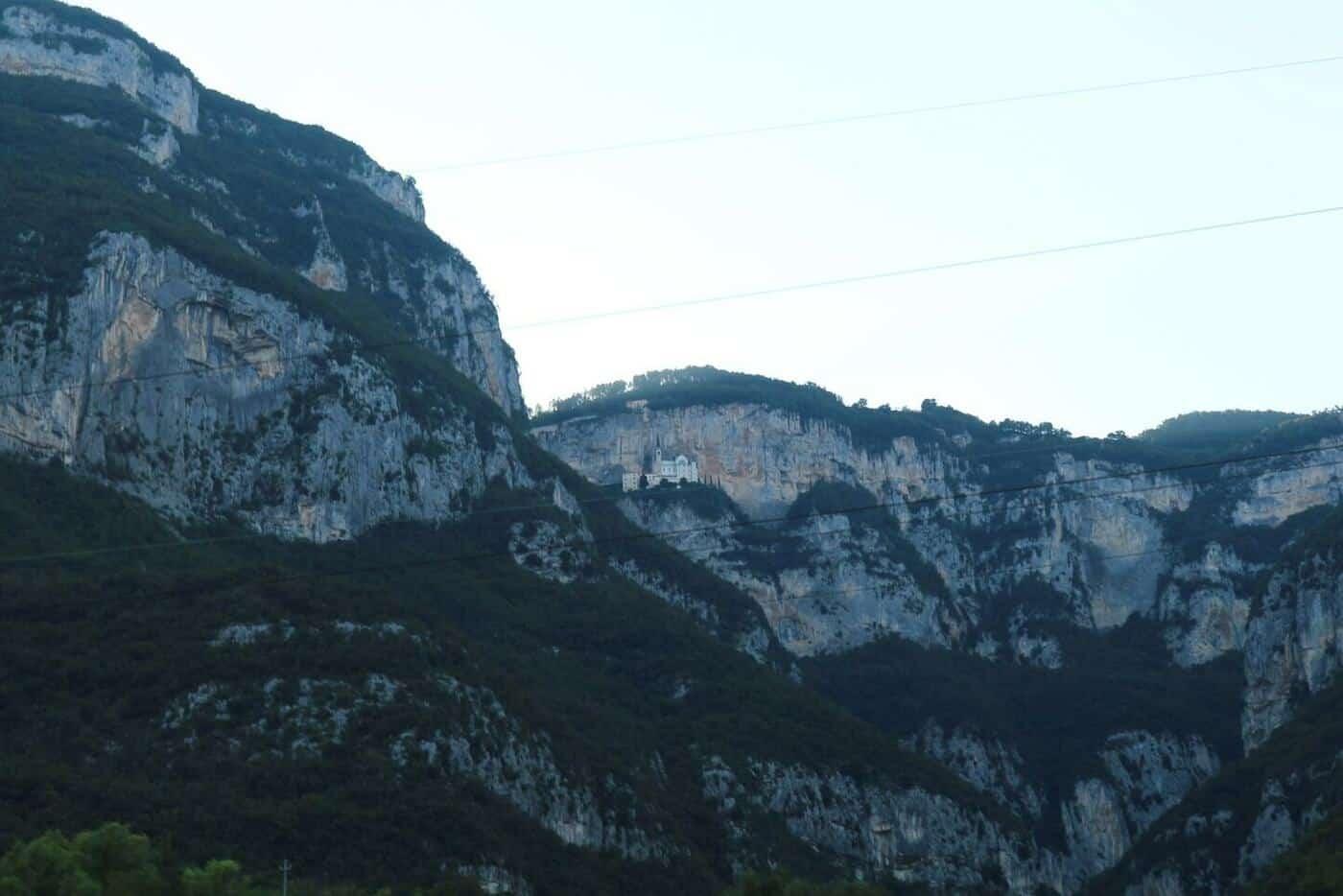 4コロナ教会_イタリアの断崖絶壁に建設された神秘的な世界
