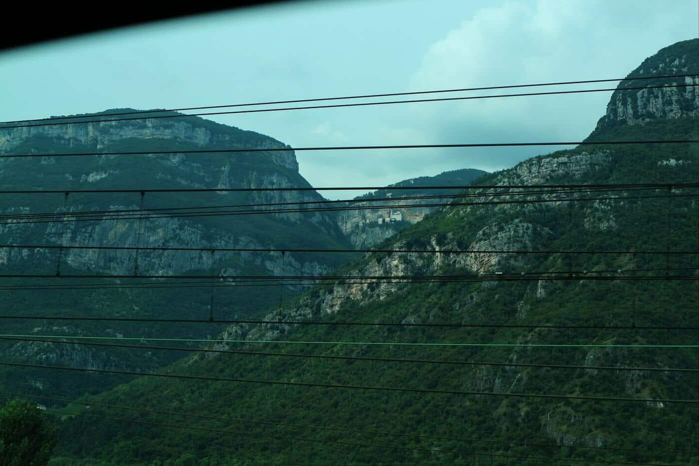 3コロナ教会_イタリアの断崖絶壁に建設された神秘的な世界