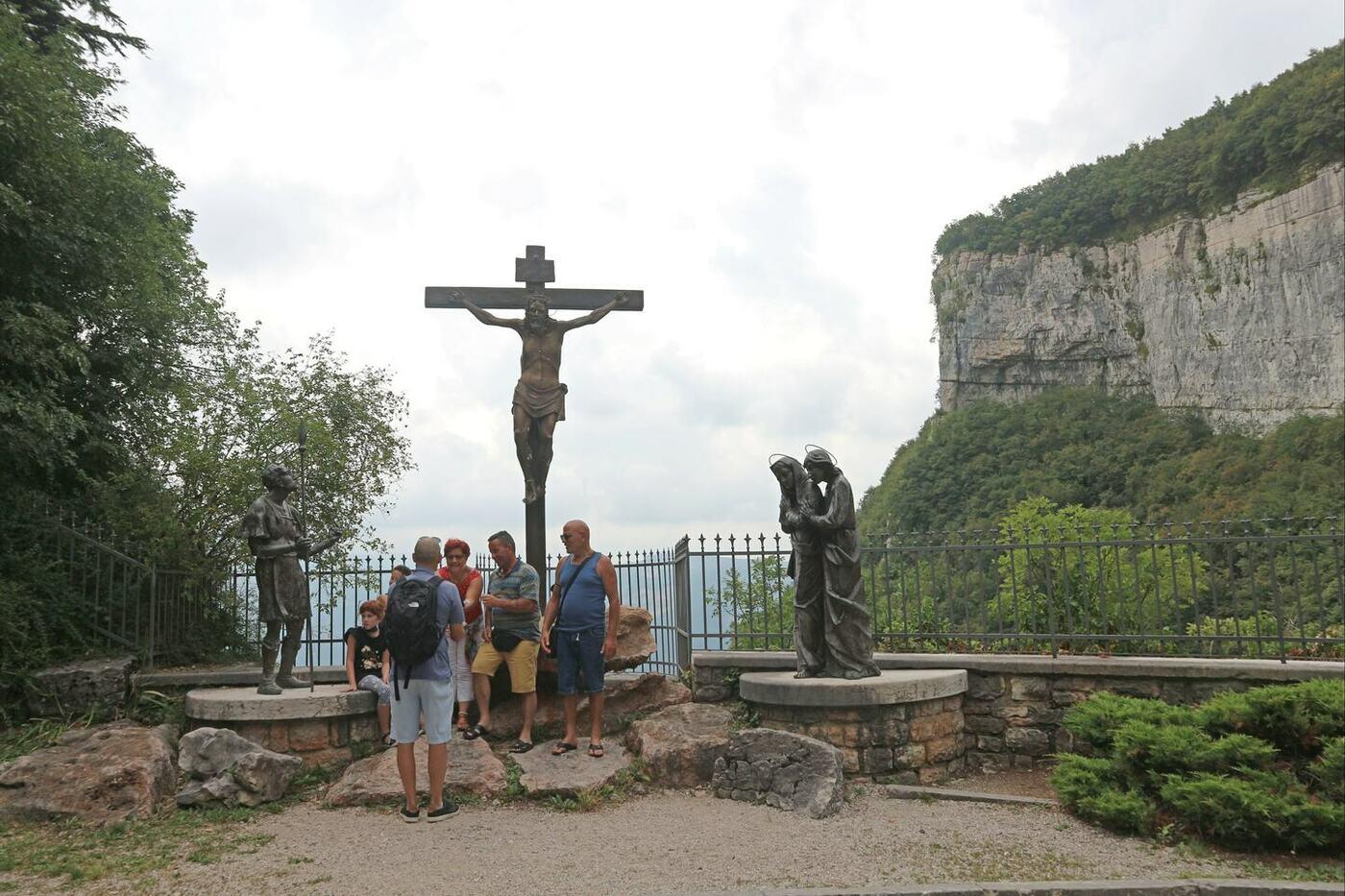 7コロナ教会_イタリアの断崖絶壁に建設された神秘的な世界