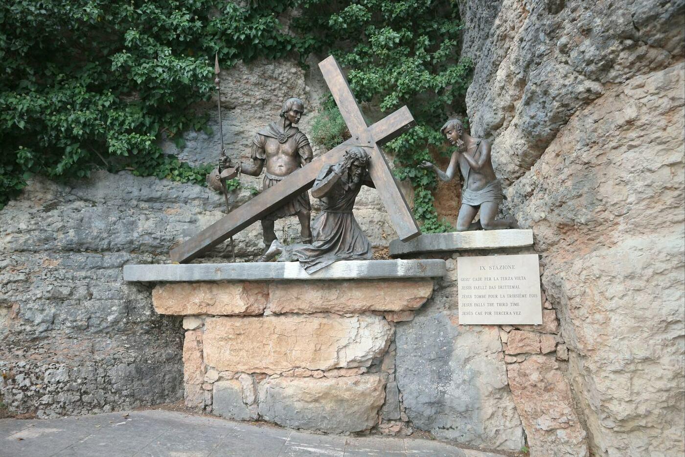6コロナ教会_イタリアの断崖絶壁に建設された神秘的な世界