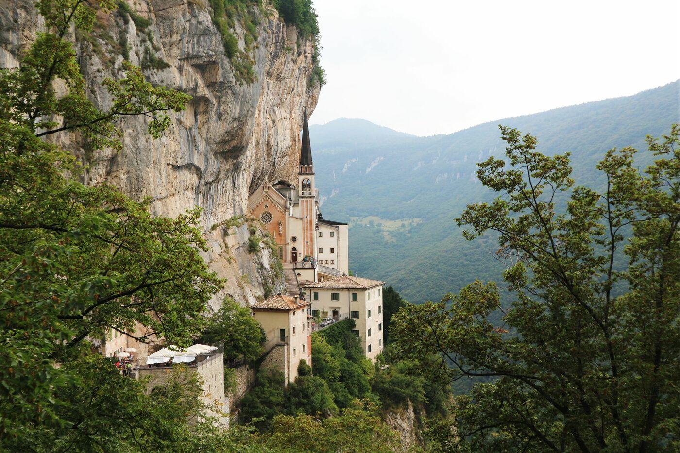 1コロナ教会_イタリアの断崖絶壁に建設された神秘的な世界