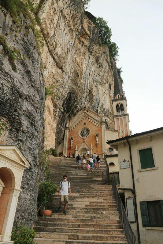 9コロナ教会_イタリアの断崖絶壁に建設された神秘的な世界