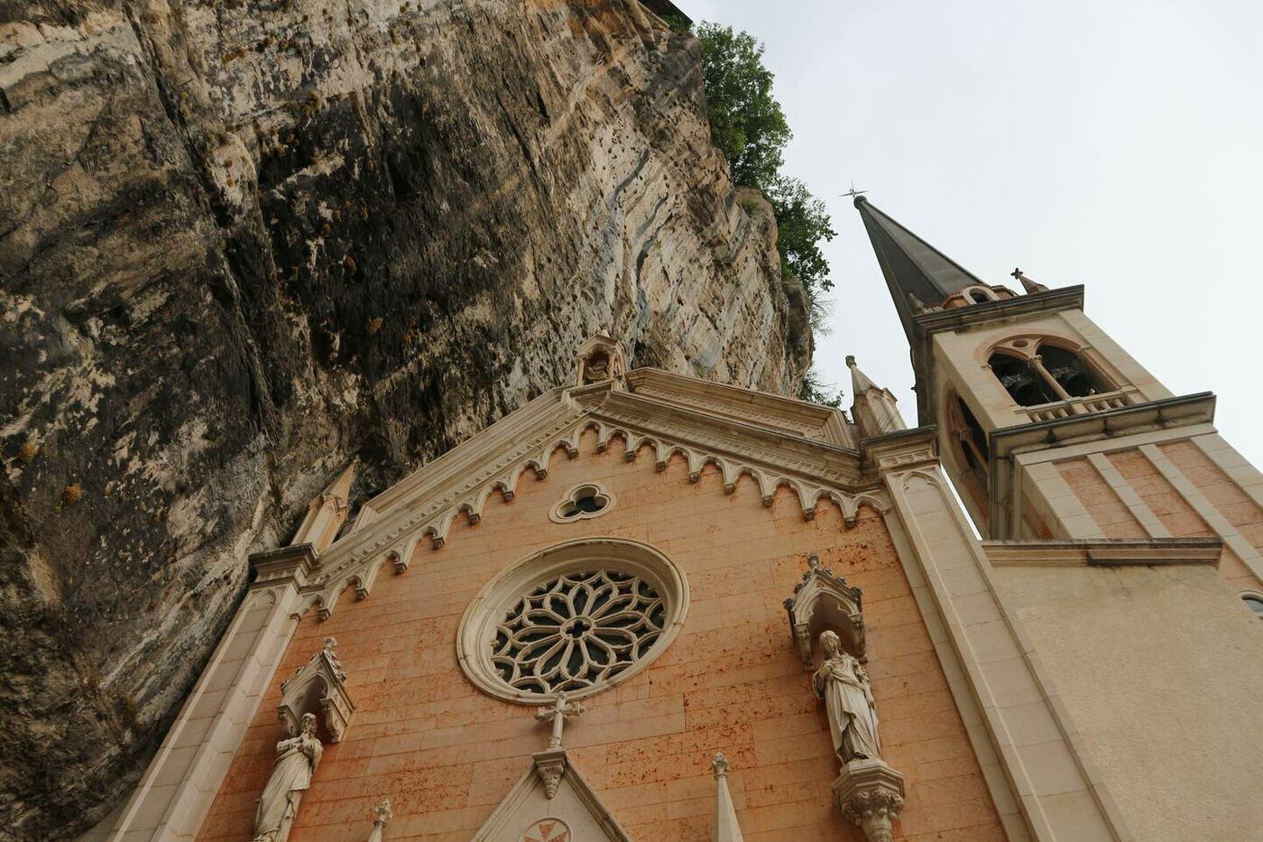 10コロナ教会_イタリアの断崖絶壁に建設された神秘的な世界