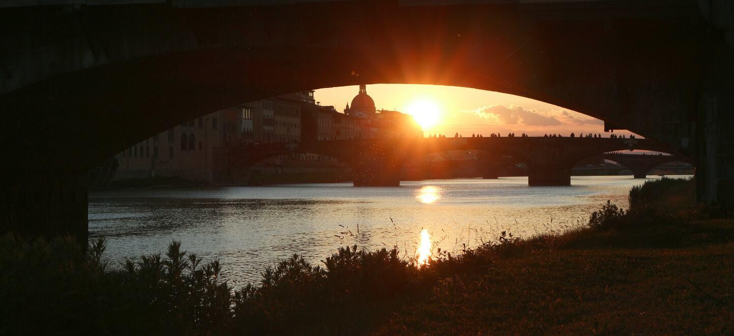 フィレンツェのポンテベッキオ下から見る夕焼け